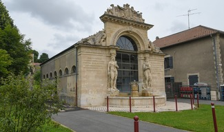 ARCHITECTURE REMARQUABLE : FONTAINE DE NEPTUNE ET D'AMPHITRITE - Lacroix-sur-Meuse